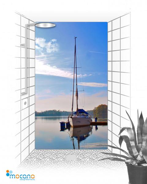 Duschrückwand Seeblick mit Segelboot 120x210cm - Wohnbeispiel